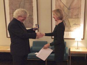 Botschafterin Päivi Luostarinen überreichte die Sibelius-Medaille an Sir Simon Rattle.